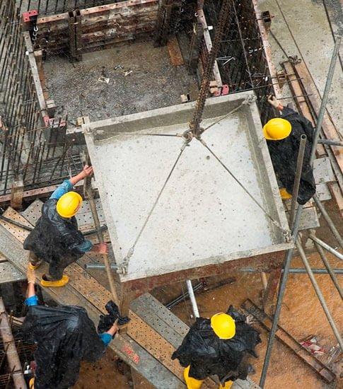 temporada de lluvias trabajador de obra bajo la lluvia