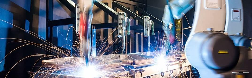 Soldaduras especiales con maquinaria automatizada dentro de un complejo de trabajo