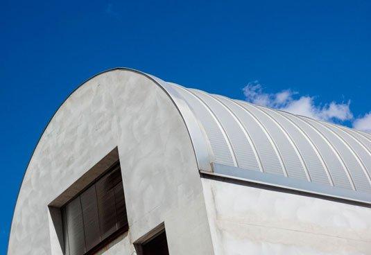 Almacen con arcotecho y muros de concreto